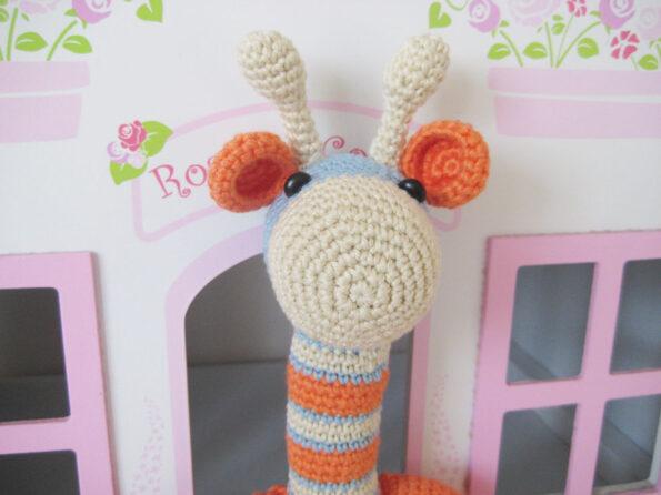 Maskotki na szydełku. szydełkowa żyrafa
